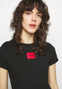 HUGO - THE SLIM TEE REDLABEL - Triko s potiskem - black