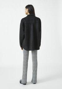PULL&BEAR - MIT NIETEN UND FRANSEN - Button-down blouse - mottled black - 2