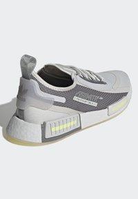 adidas Originals - NMD_R1 SPECTOO UNISEX - Sneakersy niskie - grey one/grey three/yellow tint - 3