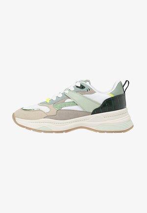 MIT VERSCHIEDENEN ELEMENTEN  - Sneakers basse - multi-coloured