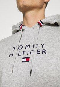 Tommy Hilfiger - STACKED FLAG HOODY - Collegepaita - medium grey heather - 5