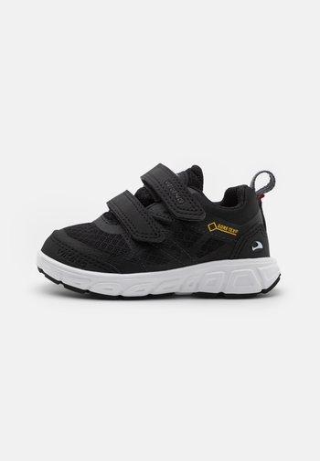VEME GTX UNISEX - Hiking shoes - black/charcoal