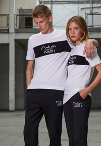 Calvin Klein - COLORBLOCK UNISEX - Printtipaita - bright white - 1
