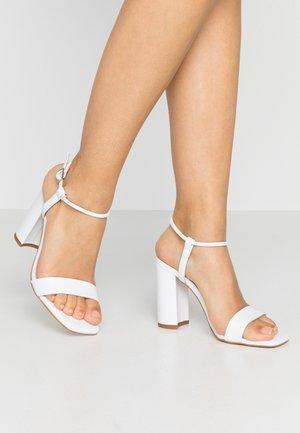 Sandali con tacco - white