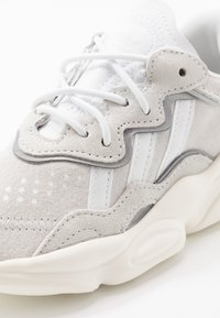 adidas Originals - OZWEEGO - Sneakersy niskie - crystal white/footwear white/offwhite - 2