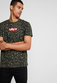 Levi's® - GRAPHIC NECK 2 - Print T-shirt - boxtab camo - 0