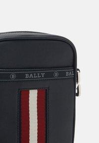 Bally - HEYOT - Across body bag - black/bone/red - 4