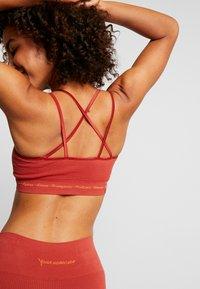 Yogasearcher - MATRIKA  - Sportovní podprsenky s lehkou oporou - sienne - 4