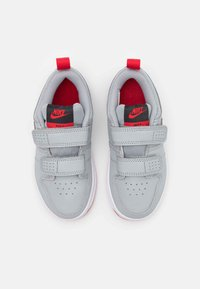 Nike Performance - PICO 5 UNISEX - Sportovní boty - light smoke grey/universe red/dark smoke grey/white - 3