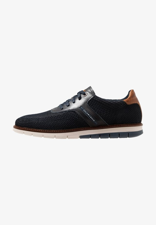 MATHEUS - Matalavartiset tennarit - navy/grey