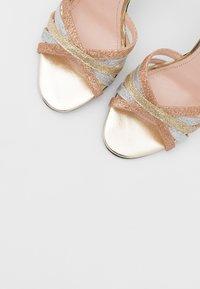 Liu Jo Jeans - NEW BLOOM  - Sandály na vysokém podpatku - gold - 5