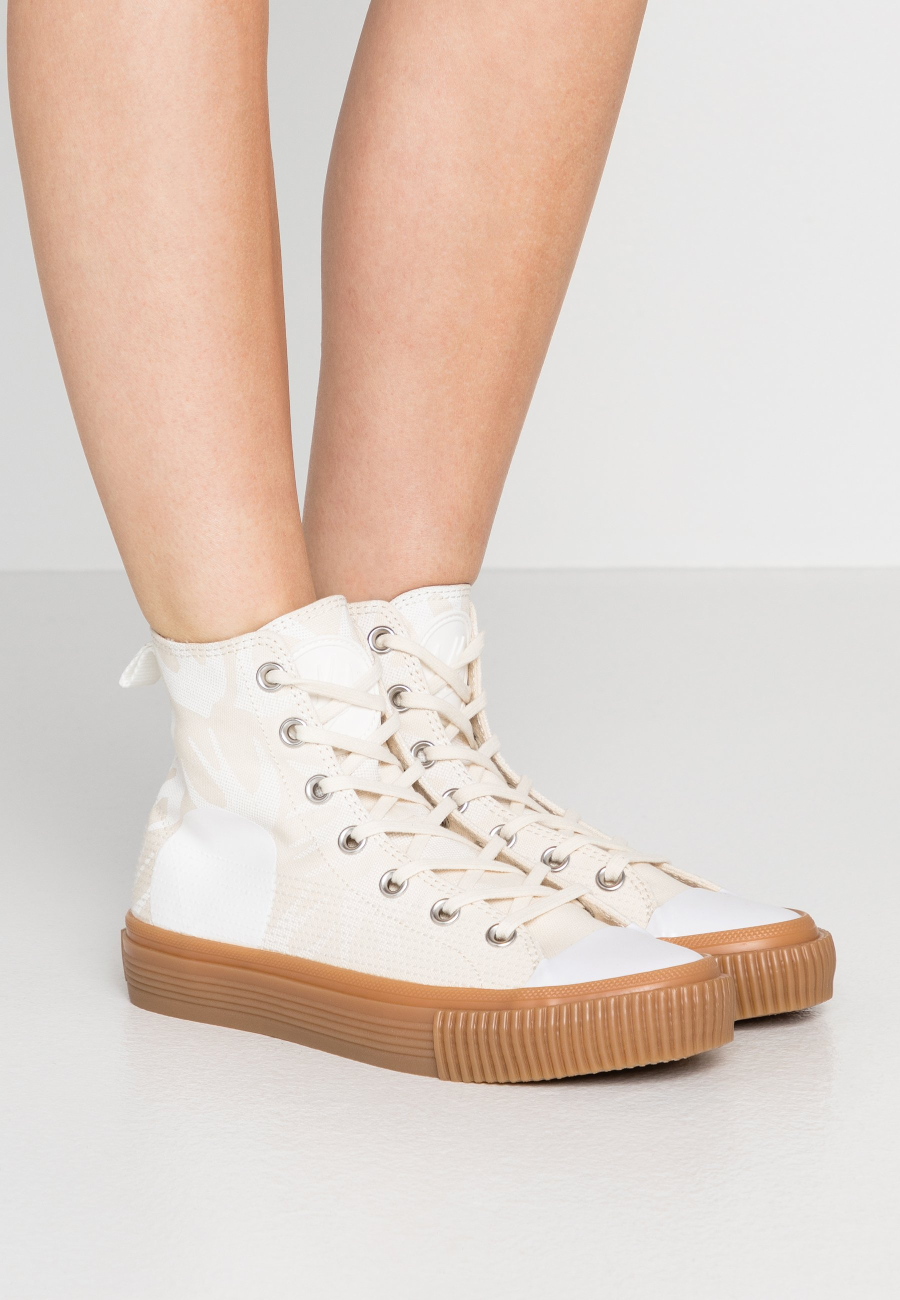 Mcq Alexander Mcqueen Swallow Plimsoll High Top Trainers Oyster White White Zalando Ie