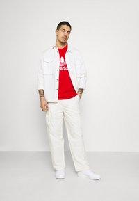 adidas Originals - BLOCKED TREF UNISEX - T-shirt imprimé - scarlet/crew blue - 1