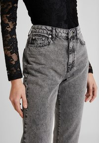 Gina Tricot - DAGNY HIGHWAIST - Relaxed fit jeans - black snow - 4
