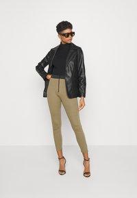 Missguided - DOUBLE WAISTBAND ZIP  - Leggings - Trousers - khaki - 1