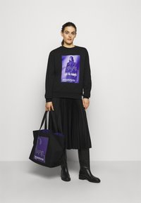 KARL LAGERFELD - VOICES MUSIC SHOPPER - Tote bag - purple - 0