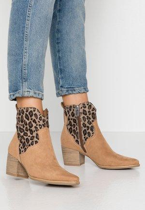 BOOTS - Cowboy/biker ankle boot - desert