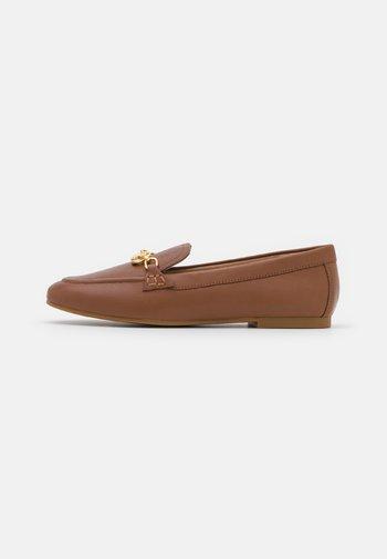AVERI FLATS CASUAL - Slip-ons - deep saddle tan