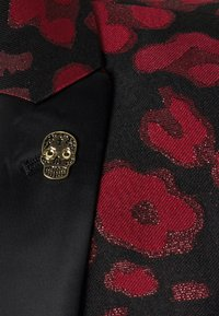 Twisted Tailor - FOSSA SUIT SET - Puku - black red - 9
