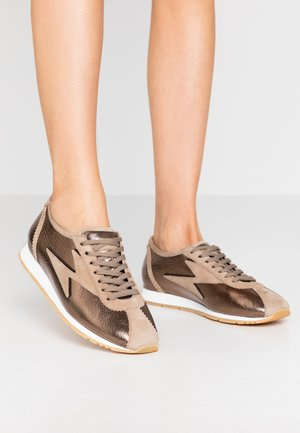 STRIKE - Trainers - bronze