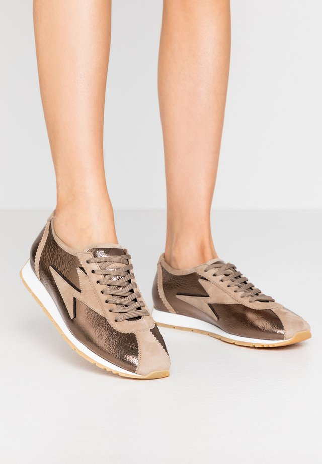 STRIKE - Sneakers laag - bronze