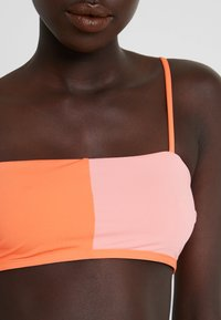 Rip Curl - COLOUR BLOCK BANDEAU - Bikiniyläosa - pink/orange - 4
