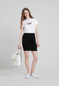 Tommy Jeans - TJW CORP LOGO TEE - T-shirt med print - classic white - 1