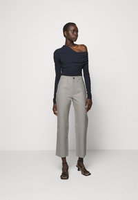 Goldsign - THE RELAXED STAIGHT - Pantalon en cuir - silver grey - 1