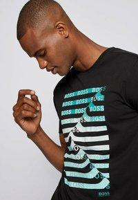BOSS - Print T-shirt - black - 3