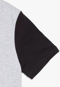 Timberland - Print T-shirt - grey/black - 4