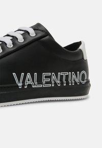 Valentino by Mario Valentino - Zapatillas - black/white - 6