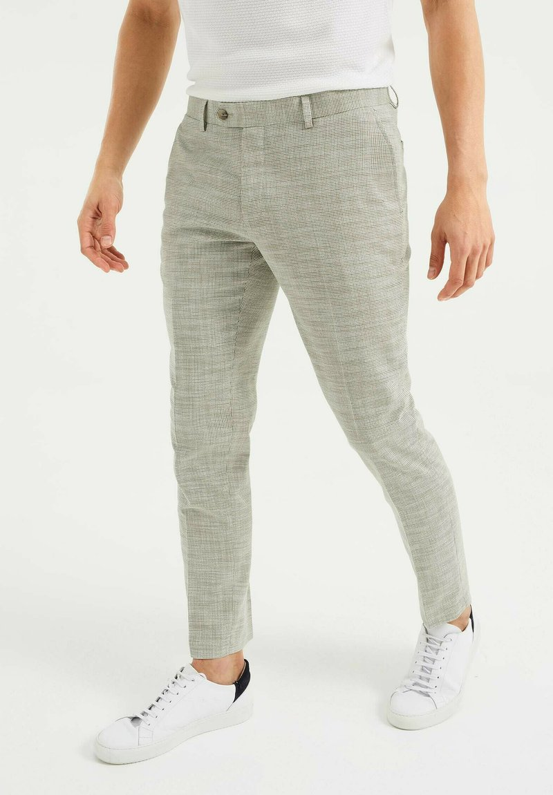 WE Fashion - SLIM FIT  - Trousers - green