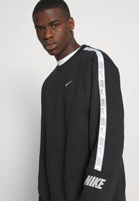 Nike Sportswear - REPEAT CREW - Sweatshirt - black/silver - 4