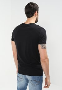 Pier One - 2 PACK - T-shirt basic - black - 2