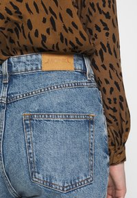 Monki - MOZIK - Relaxed fit jeans - blue - 5