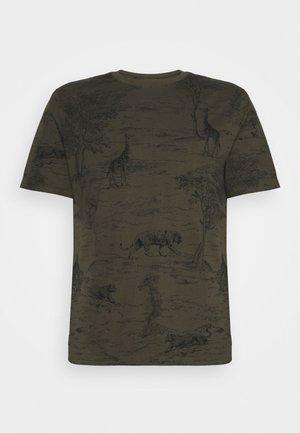 ALLOVER SAFARI GRAPHIC TEE - T-shirt z nadrukiem - cargo green
