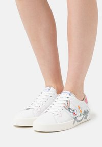 MOA - Master of Arts - FLIPS - Trainers - white - 0