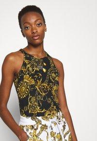 Versace Jeans Couture - Print T-shirt - black/gold - 3
