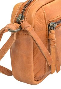 Gusti Leder - Across body bag - cognac - 4