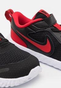 Nike Performance - REVOLUTION 5 UNISEX - Neutrala löparskor - black/university red/white - 5