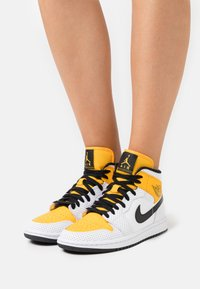 Jordan - WOMENS AIR JORDAN 1 MID - Sneakersy wysokie - white/black/university gold - 0