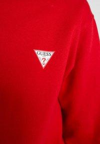 Guess - REGULAR FIT - Sweatshirt - red hot - 4