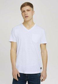 TOM TAILOR DENIM - MELIERTES MIT BRUSTTASCHE - Basic T-shirt - white - 0