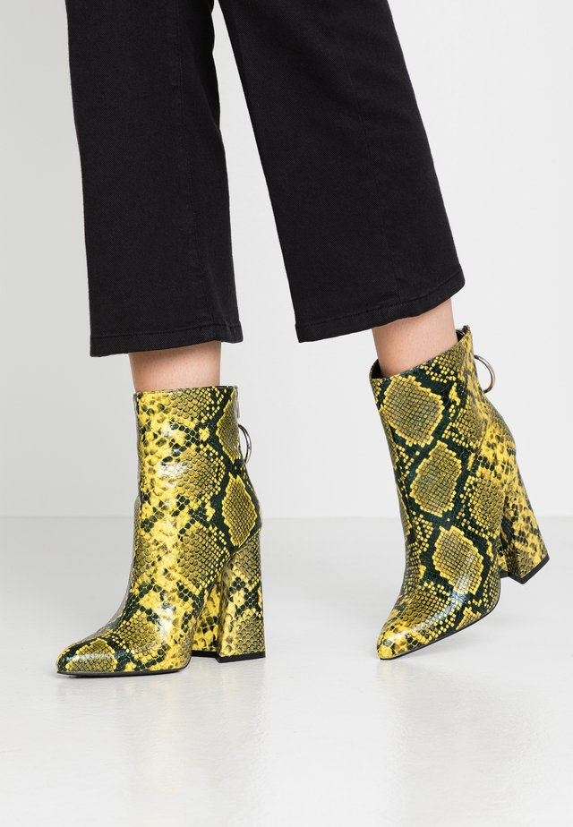 LOLA SKYE LAKE OVERSIZED RING POINT BOOT - High heeled ankle boots - lime