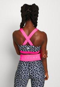 Pink Soda - DECO BRA - Sportovní podprsenka - black/white/pink - 2