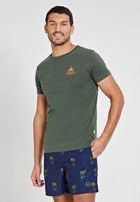 Shiwi - SUNSHINE TRIANGLE - Print T-shirt - cilantro - 2