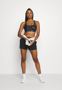 Under Armour - PROJECT ROCK MID PRINTED CROSSBACK BRA - Sports-BH - black/summit white - 1