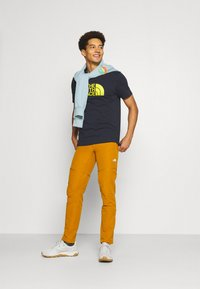 The North Face - M S/S EASY TEE - EU - Print T-shirt - dark blue/mustard yellow - 1