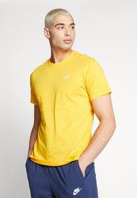 Nike Sportswear - CLUB TEE - T-shirt - bas - university gold/white - 0