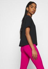 Nike Sportswear - Print T-shirt - black/white - 5